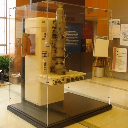 Image of an electron microscope on display in the Building 60 lobby