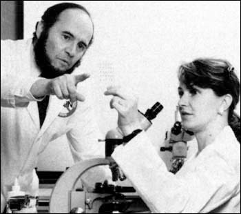Photograph of Ron Dubner and M.A. Ruda in the lab, late 1970s.